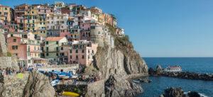 Monterosso Liguria Rispetto alle altre quattro terre, questo appare come un paesino con un certo grado di mondanità. E' la più frequentata delle Cinque Terre anche dagli abitanti delle province limitrofe,come La Spezia, che la scelgono per mete turistiche, per trascorrere l'estate al mare o